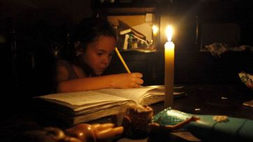 Niño-estudiando-sin-luz-1